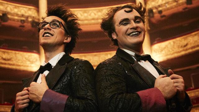 Un seul piano… pour deux pianistes ! C'est autour de ce fil rouge que se déploie l'imaginaire des Virtuoses, entre musique, magie et humour. Deux personnages drôles et attachants, prêts à tout pour sortir vainqueur d'un récital explosif. Les Virtuoses est un spectacle unique en son genre, mêlant les univers de la musique classique, de la magie et de la comédie à la Chaplin. Un spectacle sans parole, qui exprime une poésie visuelle et musicale où le merveilleux côtoie le spectaculaire.
